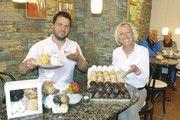 Bäckermeister Florian Striffler und Jutta Striffler präsentieren die Schneeballen in verschiedenen Größen.