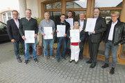 Die erfolgreichen Teilnehmer an der Prüfung mit ihren Urkunden, flankiert von Geschäftsführer Zeitler (l.) und Sigurt Jäger (r.). Dritter von rechts: Organisator Gerhard Zorn.