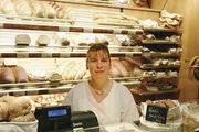 Romy Strobel hinter dem Tresen ihrer Bäckerei.