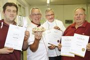 Die Bäcker Wolfgang Laudenbach (r.), Michael Möbius (2.v.r.) und Marcus Hübner (l.) freuen sich mit Prüfer Michael Isensee über das Ergebnis.