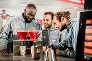 Fußball-Profis am Handfilter: Romelu Lukaku, Juan Mata und Daley Blind von Manchester United (von links).