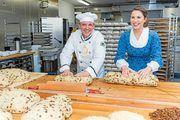 Bäckermeister Andreas Wippler und das Dresdner Stollenmädchen Hanna Haubold.