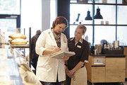 Auf dem zweiten Bildungsweg ins Bäckerhandwerk: Bei Malzers Backstube trifft das auf viele Mitarbeiter zu. Marina Bleul (l.) ist Bezirksverkaufsleiterin und hat zuvor eine Ausbildung zur Mediengestalterin gemacht.