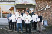 Die erfolgreichen Teilnehmer der Stollenprüfung der Bäckerinnungen Buchen und Mosbach mit ihren Gold- und Silberurkunden.