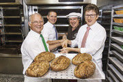 Frisches IKK-Brot präsentieren (v. l.): Bernd Wegner, Günter Eller, Hans-Jörg Kleinbauer und Prof. Dr. Jörg Loth.