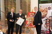 Die Auszeichnung erhielt Wolfgang Miehle (Mitte) von LIM Heribert Kamm und GF Michael Bartilla.
