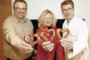 """Peter Ewert (v.r.), Sylvia Paul, und """"Herzbäcker"""" Toni Jung."""