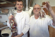 Ralph und Manfred Röckel (rechts) haben einen Hang zur Konditorei und zu Schokoladenfiguren.