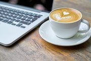 Arbeiten im Café kann hilfreich für die Produktivität bei der Arbeit sein.