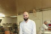 Hamsa Qaterjy (26) bereitet Konfekt aus Mürbeteig zu.