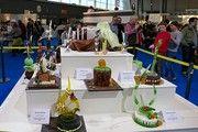 Die beiden Einzelsiegerinnen wählten für ihre künstlerischen Arbeiten Zucker als Material - vorne links die Siegerkreation von Benita Mattes, rechts jene von Franziska Mast.