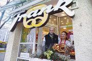 Brezeln satt: Rita und Thomas Frank mit dem Aushängeschild ihres Unternehmens in Stuttgart-Bad-Cannstatt.