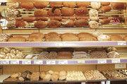 Das Brotregal mit der großen Brotauswahl, Brötchen und Feingebäcken macht neben Kuchen und kleinen Torten das Sortiment aus.