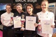 Glückliche Gewinner (v.l. mit Urkunde): Aileen Seemann (Platz 2), Monika Zeiser (Platz 1) und Veronika Hagemann (Platz 3). Mit im Bild die Vorsitzende des CGV-Fachvereins Hamburger Konditoren, Juliane Hälbig.