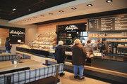 Backwaren sowie Café- und Snackangebot sind in dem übersichtlichen Laden sauber getrennt.