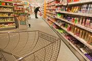 Verbraucher versorgen sich in Drogerien zunehmend auch mit süßen und salzigen Snacks.