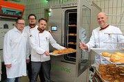 Bei der Anlagen-Inbetriebnahme (v. l.): Arno Tiggelbeck (Cetravac), Felix Rommel (Akademie), Norbert Klein (Akademie) und Bernd Kütscher (Direktor).