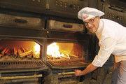 Fachmann am Holzofen: Bäckermeister Jörg Ripken hat sich auf diese Form des Backens spezialisiert. 5000 Besucher kommen jährlich zu seinen Backvorführungen.