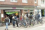 Die Fahrrad-Drive-in-Filiale im Kieler Stadtzentrum kommt gut bei fahrender wie auch laufender Kundschaft an.