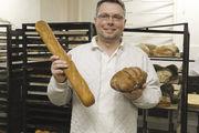 Konditormeister Oliver Schieke hält den Alten Dessauer einmal als Baguette (links) und als Brot in der Hand.