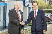 Wolfgang Eißer (links) mit Henrik Oevermann, dem  neuen Geschäftsführer von Diosna.