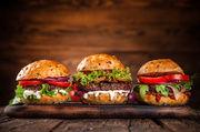 Saftige Burger: Bei Rewe gibt es die jetzt mit Inseketenzugabe.