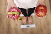 Süßes Gebäck versus Apfel: Gesunde Lebensmittel sollen gefördert werden.