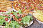 Pizza, Salat, geröstetes Baguette: Mit solchen Angeboten neben den klassischen Snacks kurbeln Bäcker ihr Gastrogeschäft zwischen mittags und abends an.