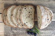 Glutenfrei ohne Verzicht: In diese Kategorie fallen Brote wie dieses mit Oliven und Peperoni.