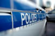 Die Polizei ermittelt gegen einen Mann, der seine Frau angegriffen haben soll.