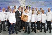 Zum Tag des Brotes: Mitglieder der Bäcker-Nationalmannschaft und Vertreter des Zentralverbandes überreichen dem Chef des Bundeskanzleramts, Helge Braun, einen Brotkorb.