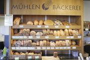 Vielfalt in Demeter-Qualität: Blick ins Brotregal einer der Filialen der Mühlenbäckerei.