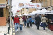 Touristen und Einheimische besuchen den Markt in Es Pillari, der für den Erhalt des Llonguet-Brötchens wirbt – mit Back- und Show-Vorführungen. Verkauft werden auch andere Gebäckspezialitäten.