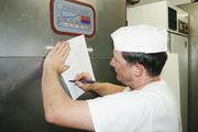 Dokumentation ist immer und fast überall Pflicht, wie hier bei der Erfassung der Temperatur der Kühlanlage.