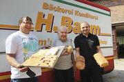 Dirk (von links), Heinrich und Björn Baum fahren mit den Verkaufswagen bis nach Sachsen-Anhalt.