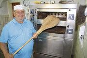 Bäckergeselle und Redakteur:  Dirk Buschmann vor seinem  Backofen.