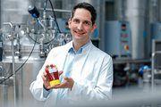 Kalorienarmer Zucker im Ketchup: Savanna Ingredients-Geschäftsführer Dr. Timo Koch mit einem ersten Produkt mit Allulose.