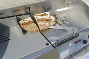 Brotschneidemaschinen mit besonderem Hygienekonzept: Die vordere Wand des Brotkanals entfällt. Es gibt keinen schachtartigen Brotkanal, sondern nur eine leichter zu reinigende Brotauflagefläche.