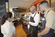 Barista Tom Schießl (M.) schult Verkaufsmitarbeiter im Café & Bistro Schröer in Sachen Kaffeespezialitäten.