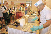 Der Bäckerstand zog das Interesse vieler Besucher auf sich.