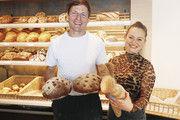 Vater und Tochter Seeger zeigen eine Brotauswahl. Dazu gehört das Afrikabrot für einen guten Zweck.