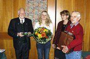 Obermeister Wilhelm Oswald (v.l.) gratulierte der prüfungsbesten Fachverkäuferin Andrea Langwieder zusammen mit Innungsgeschäftsführerin Irmengard Rossingoll und Lehrlingswart Günther Ernst.