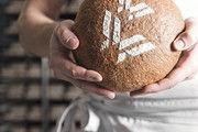 Ein Laib Brot als Zeichen regionaler Partnerschaft.