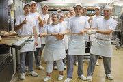 Die Backstubenmitarbeiter der Bäckerei Saur gemeinsam mit Geschäftsführer Alexander Saur (2. von links) beim symbolischen Brotausbacken.