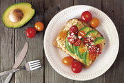 Ideale Zusammensetzung: Brot mit Avocado, Hummus, Tomaten.