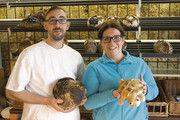 Machen alles anders: Florian Gras und Melanie Gottwald mit Brot und Schildkröte.
