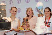 """Strahlenden Siegerinnen: Anna-Lisa Mariaschk (2.Platz) mit """"Blütentraum"""", Judy Eisermann die den Preis für die abwesende Siegerin entgegen nahm (1. Platz) mit """"Steampunk"""" und Madeline Skorrik (3. Platz) mit """"Über den Wolken""""."""