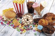 Erfrischungsgetränke enthalten häufig wesentlich mehr Zucker als Süßwaren und Fastfood.