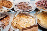 Frische, selbst hergestellte Kuchen und Backwaren gehören auch zum Angebot.