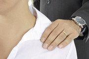 Körperkontakt wie das Klopfen auf die Schulter ist bereits eine Form von sexueller Belästigung.